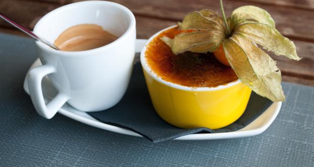 caf gourmand avec crme brule dcore avec une fleur